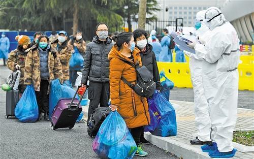 武汉客厅方舱医院迎来最大规模出院