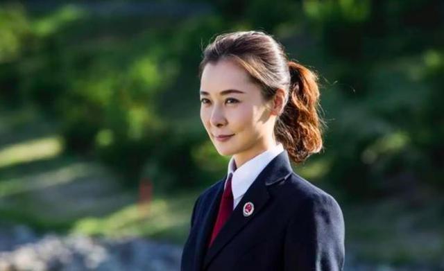 【木槿暖夏】她是央视主播梁永斌20年闺蜜,因人民的名义走红,今47岁仍无子
