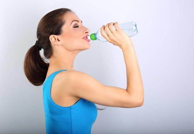 早晨空腹喝水,对身体有帮助吗?若要喝水,请提前了解这3个细节