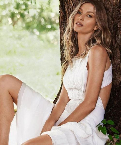 【茉莉花的清香】她是奥运会开幕走秀第一人,今穿白色露背纱裙出镜,气场强大依旧