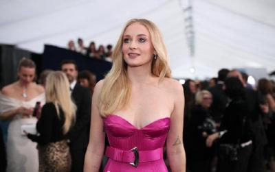 索菲·特纳和老公同框,一袭紫红色长裙吸睛,精致似芭比