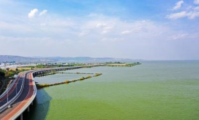 惊艳!昆明城里有一条最美水上公路 可以在滇池上开车骑行奔跑!