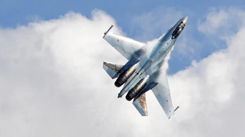 俄军苏35贴近拦截美军巡逻机,距离不足8米,还做出倒飞特技