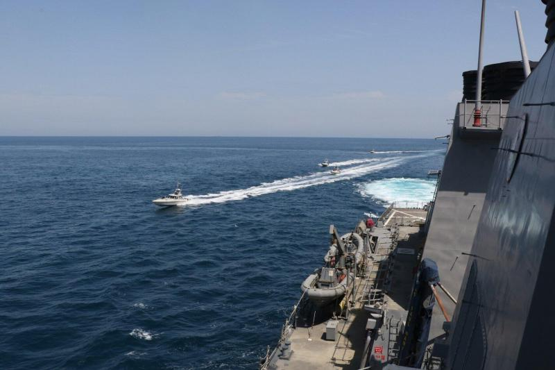 """【唐僧也蹦迪】伊朗舰艇与美军舰队在波斯湾""""危险接触"""" 相距不足10米"""
