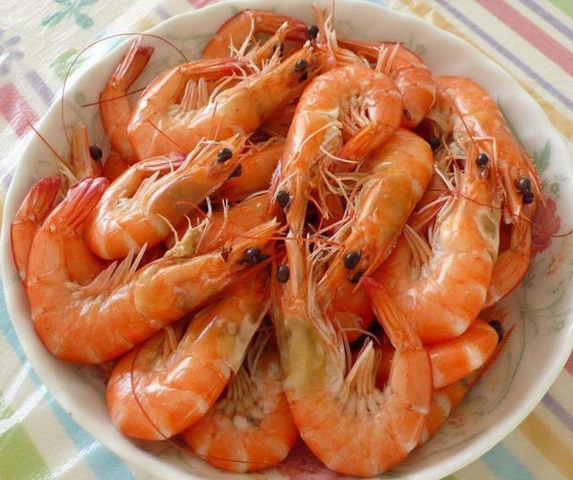 虾不仅肉质鲜嫩好吃,而且营养丰富,大人小孩都爱吃。虾好吃的做法也有很多,水煮虾就是其中一种。水煮虾的做法和用料都非常的简单,要的就是虾的原汁原味,味道鲜到掉眉毛,过年的时候肯定要摆上一盘啊。这水煮虾的做法虽说简单,但是要想煮出鲜嫩好吃的虾,还是需要掌握一定