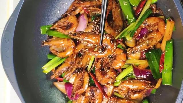 沿海人在备年货的时候,想必各种海鲜肯定是少不了的,其中大虾是大部分人都会选择的一样食材,比较常见的做法有以下几种:白煮虾、椒盐大虾、油焖大虾、蒜蓉大虾等等,有些人喜欢原汁原味,有些人则无辣不欢,其中干锅香辣虾,就是后者极力推崇的一种吃法,它突出的特点是:麻