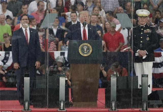 【调皮古怪还爱闹】为何美国总统总躲在玻璃罩后面演讲,不得不防