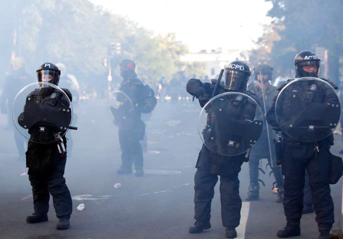 当地时间6月1日,在美国全境蔓延的反种族歧视抗议、骚乱和暴力冲突